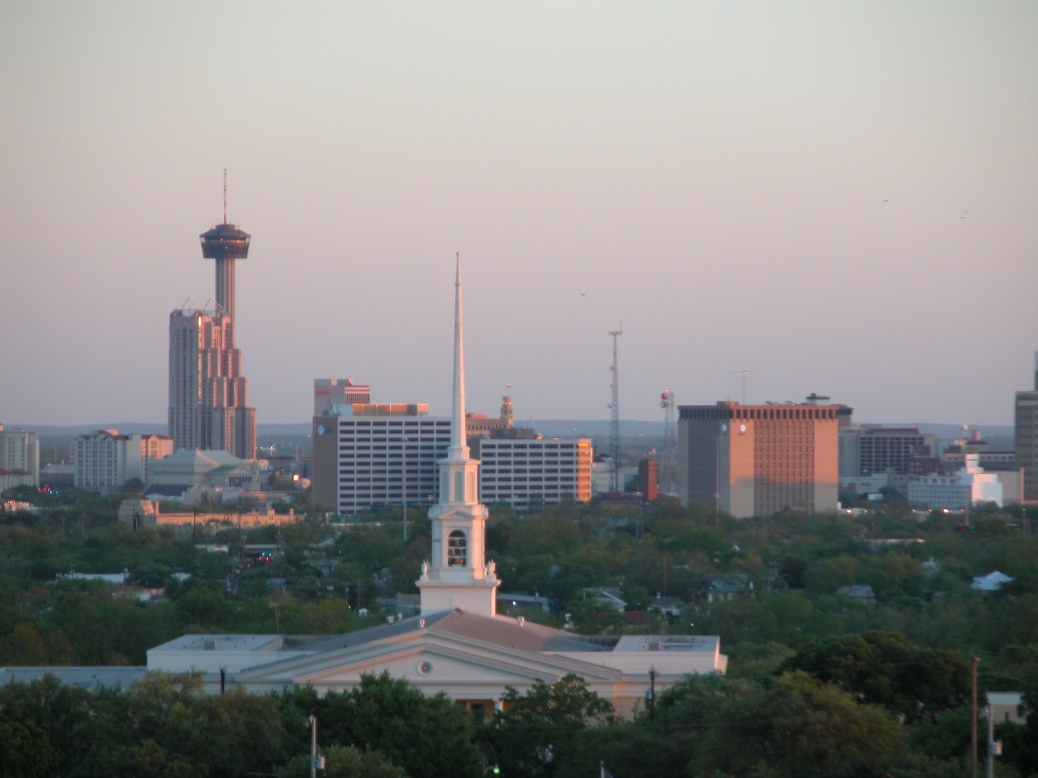 Trinity_Baptist_Church_spire_and_San_Antonio_skyline_from_north